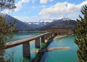 Brücke über den Sylvensteinspeicher, Landschaft im Frühjahr